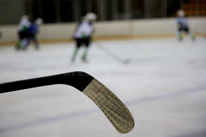 冰曲棍球棍子和冰曲棍球球员 免版税库存照片