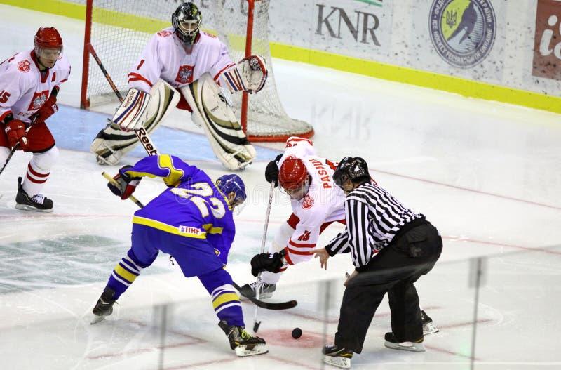 冰曲棍球比赛乌克兰与波兰 免版税图库摄影