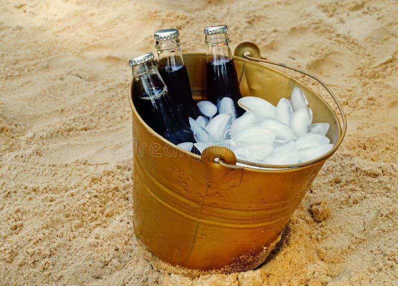冰桶在海滩的饮料 免版税库存照片