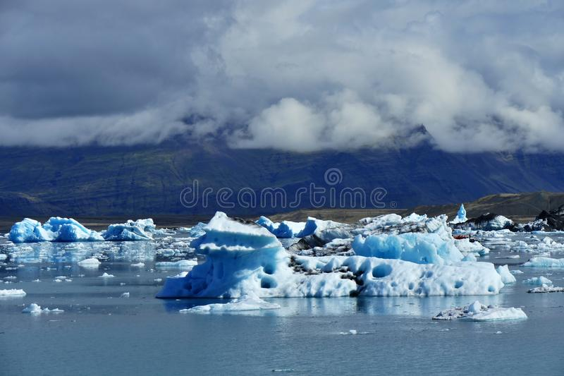 冰河湖剧烈的早晨光的冰川盐水湖 免版税库存图片