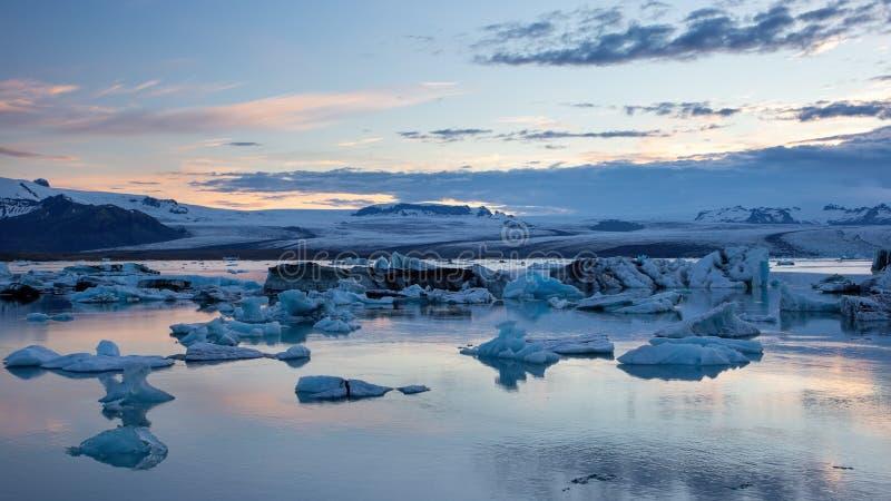 冰河湖,冰川盐水湖在冰岛在与漂浮在水中的冰的晚上 库存图片