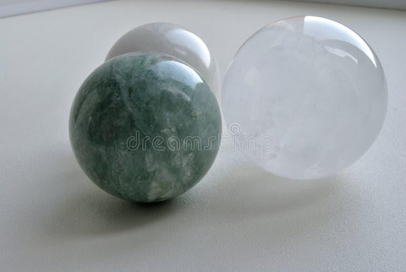 冰洲石光学方解石水晶球形球,自然绿色玉水晶球形,白色玉水晶球形 免版税库存图片