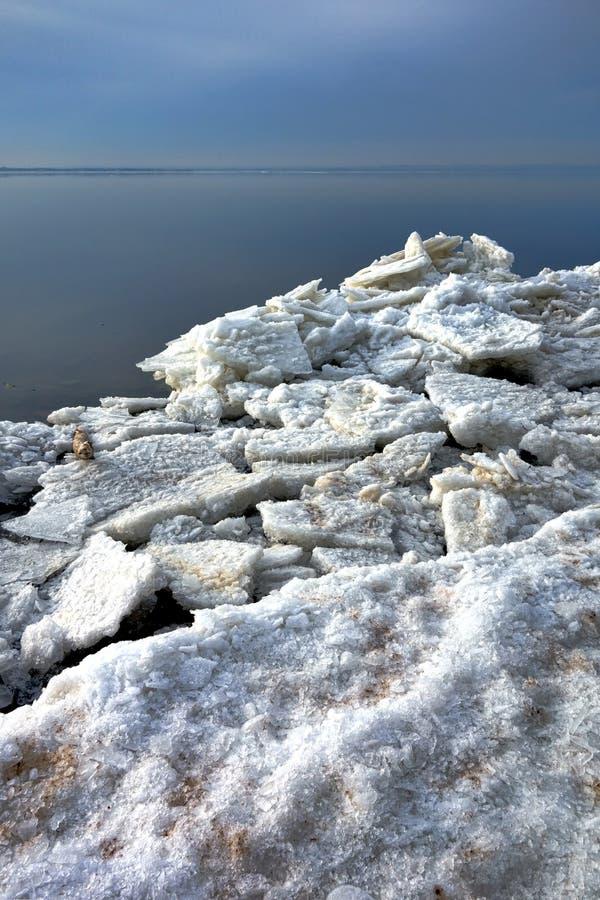 冰浮游物大块和冻结的片断在冬天岸 免版税库存图片
