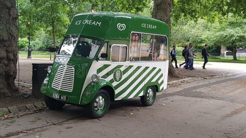 冰淇凌搬运车在海德公园伦敦 免版税库存照片