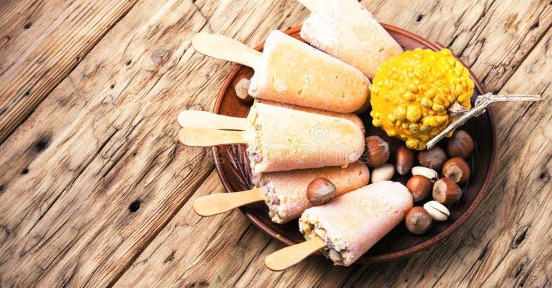 冰淇凌用南瓜和坚果 库存照片
