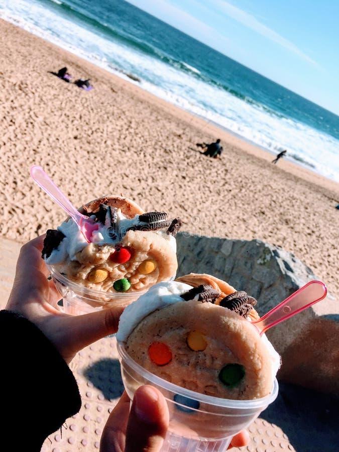 冰淇淋和曲奇饼在海滩 免版税库存图片