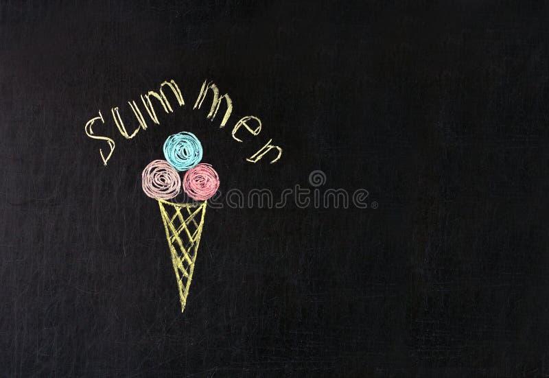 冰淇淋绘与在一个黑板的多彩多姿的白垩与题字夏天 免版税库存图片