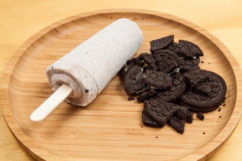 冰淇淋-鲜美和刷新的冰棍儿调味了曲奇饼和奶油 免版税库存图片