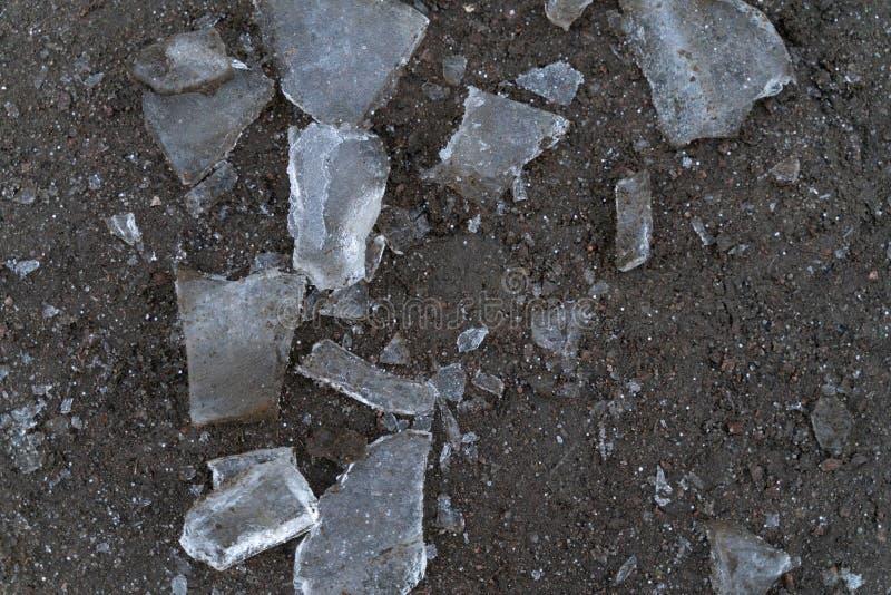 冰片断在灰色地面上的作为背景 库存图片