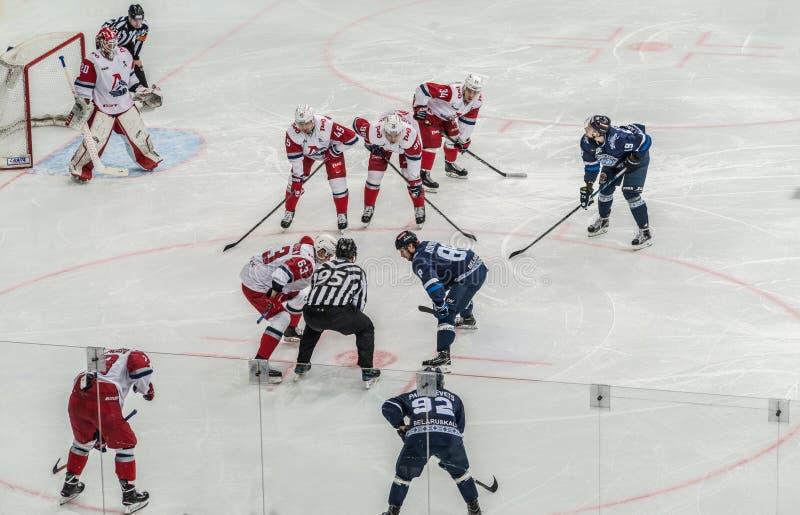 冰球比赛、球员和裁判员 免版税库存照片