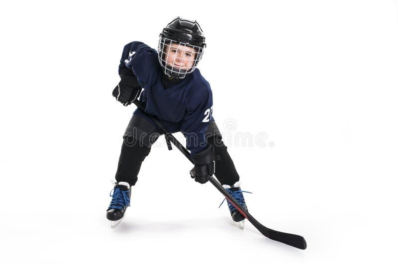 冰球齿轮的年轻男孩反对白色 免版税库存图片