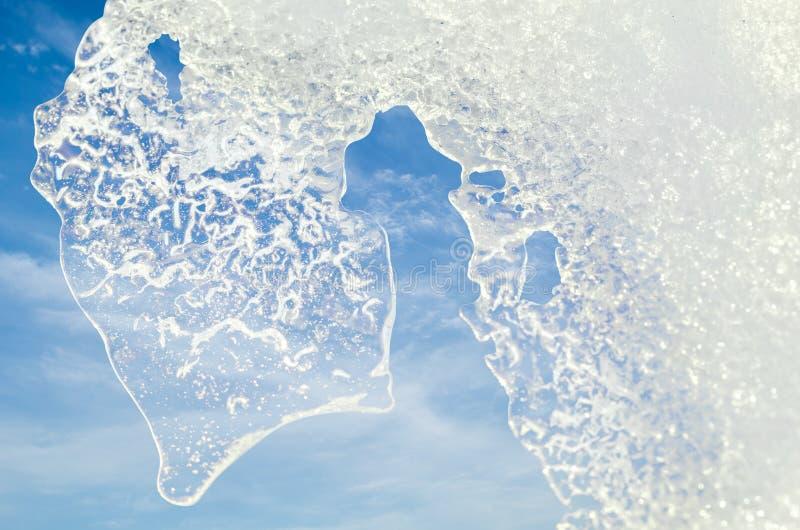 Download 冰白色片断在天空背景的 库存照片. 图片 包括有 室外, 天空, 蓝色, 空白, 背包, 1月, 本质, 冬天 - 62535832