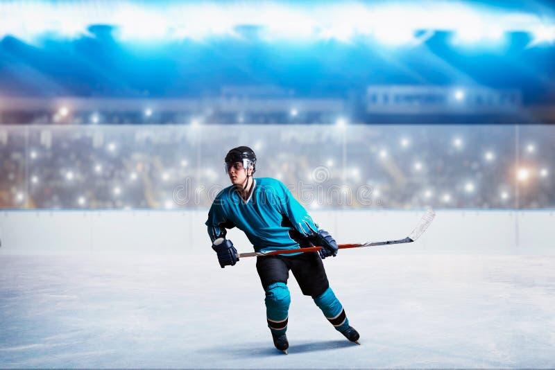 冰的在行动,竞技场一个曲棍球运动员 库存照片