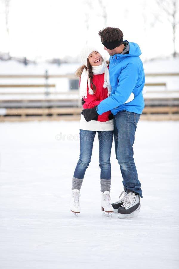 滑冰的夫妇在滑冰的爱的日期 免版税库存图片