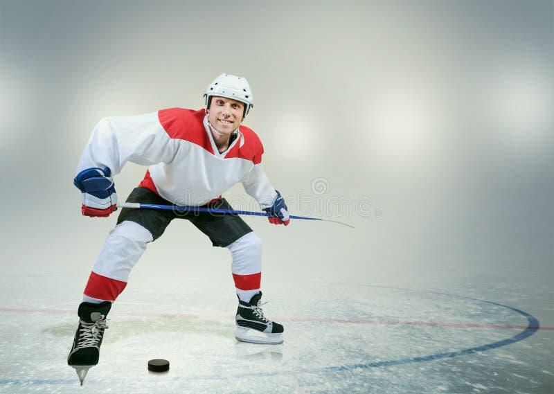 冰的微笑的曲棍球运动员 免版税库存照片