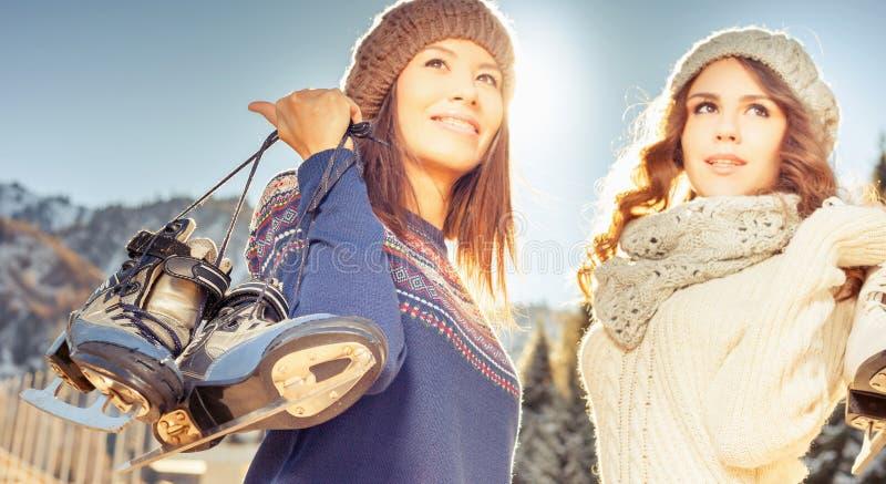 去滑冰的愉快的多种族妇女室外 免版税图库摄影