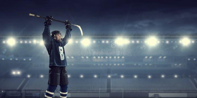 冰的曲棍球运动员 混合画法 免版税图库摄影