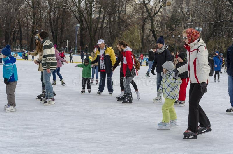 滑冰的溜冰场的人们 免版税库存照片