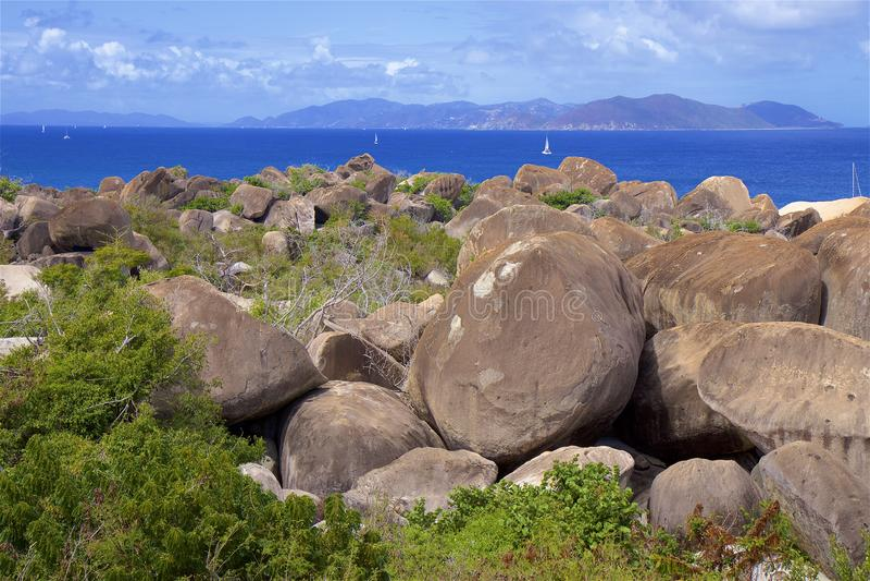 冰砾和海滩在浴在维尔京戈达岛,加勒比 免版税库存照片