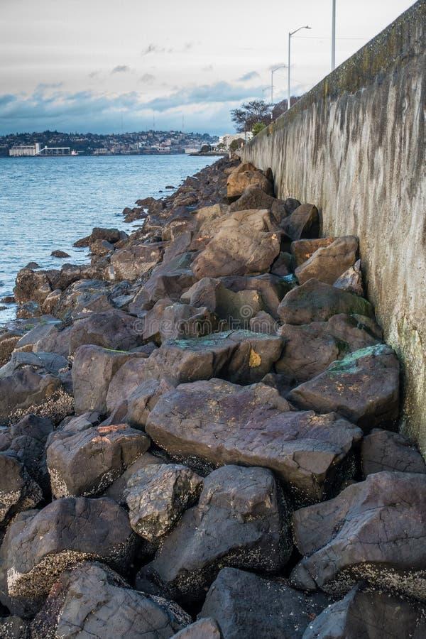 冰砾和防波堤 免版税图库摄影