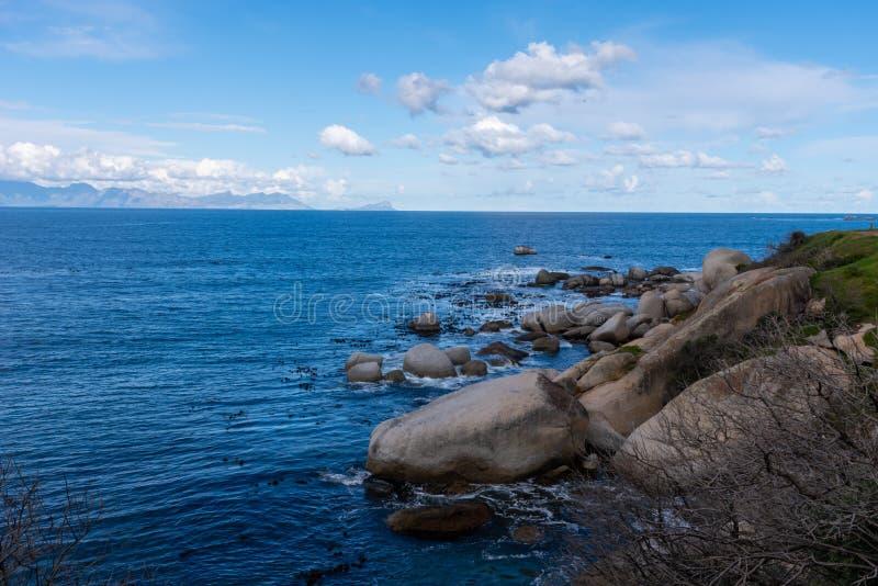 冰砾在蓝色海洋有横跨海湾的看法 免版税图库摄影