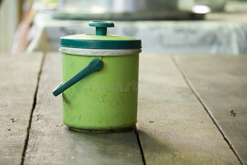 冰致冷机在桌上的绿色塑料 图库摄影