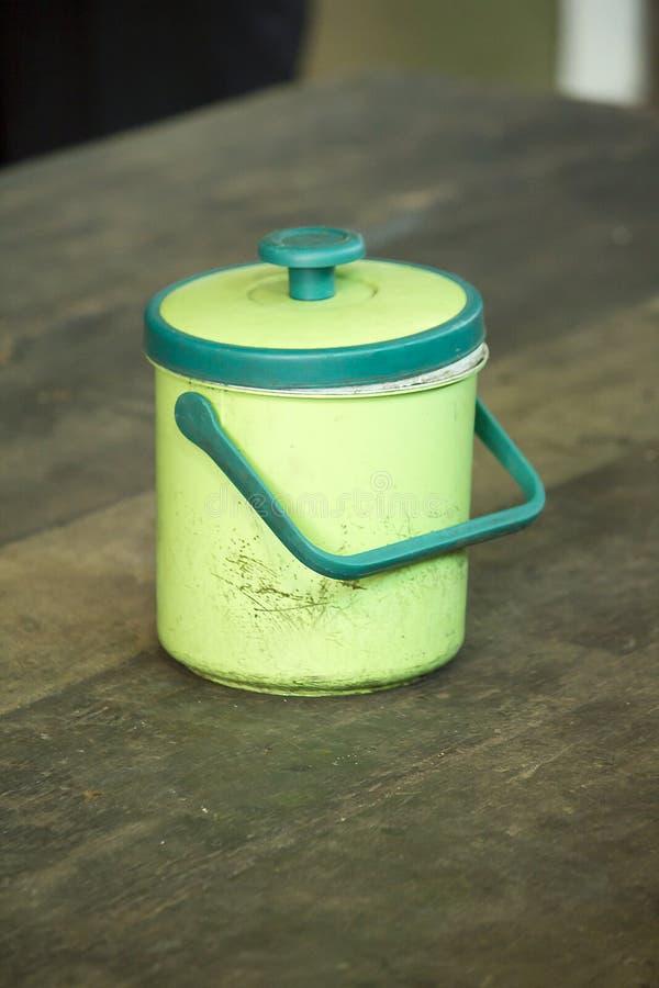 冰致冷机在桌上的绿色塑料 库存照片