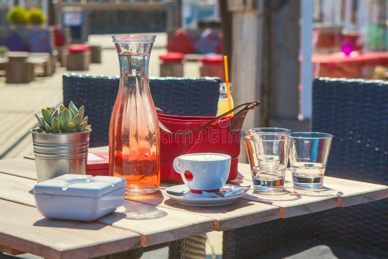 冰茶和咖啡在海滩 库存图片
