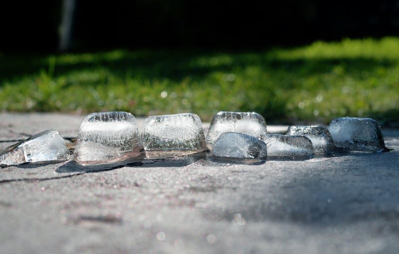 冰融解大块和闪耀在阳光下 库存图片