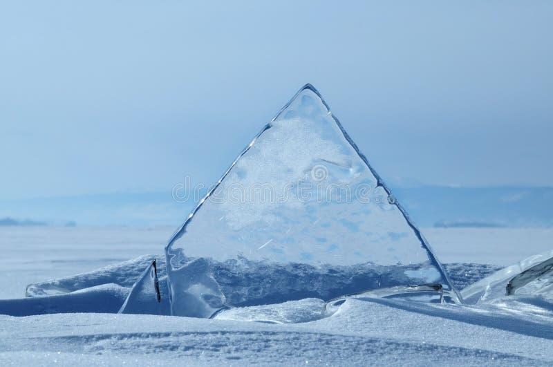 冰透明片断被冰的nad的表面上的snowcaped池塘 贝加尔湖湖 免版税库存照片