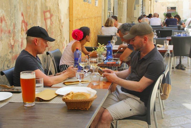 冰镇啤酒人妇女咖啡馆大阳台街道,莱切,普利亚,意大利 库存图片