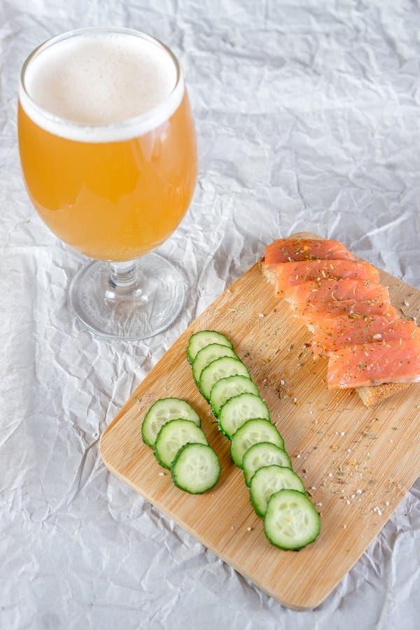 冰镇啤酒和快餐在白色背景 免版税库存照片