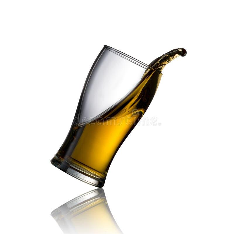 冰镇啤酒溢出 免版税图库摄影