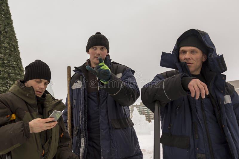冰镇的设施的三名工作者 库存图片