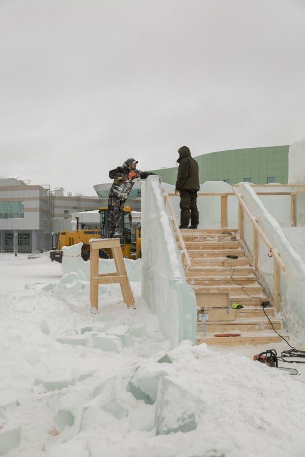 冰阵营的站点的两名工作者 免版税库存照片