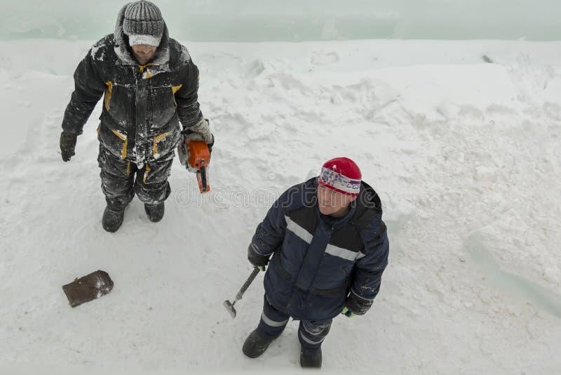冰阵营的站点的两名工作者 库存照片