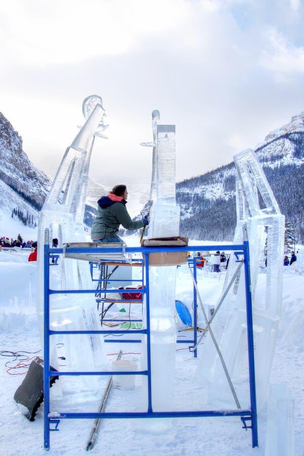 冰雕刻家在加拿大人的罗基斯路易丝湖雕刻冰块 免版税库存图片