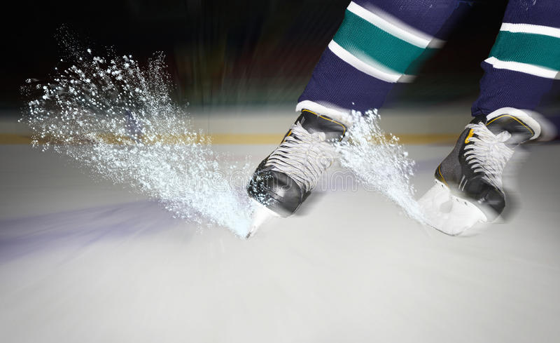 冰从曲棍球冰鞋下面闪耀 免版税库存图片