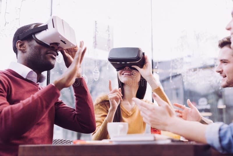 冲击探索VR的两个朋友 免版税图库摄影