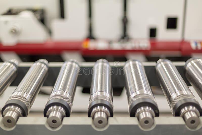 冲切的排队的磁性圆筒在转台式印刷机 flexo转台式冲切的磁性圆筒 免版税库存照片