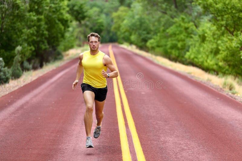 冲刺为健身健康的连续人赛跑者 免版税库存图片