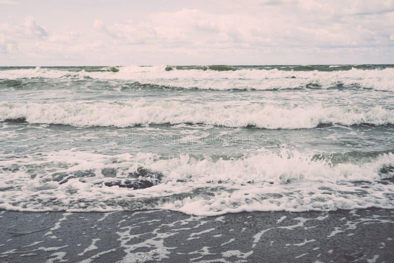 冲在沙子的水波 免版税库存照片