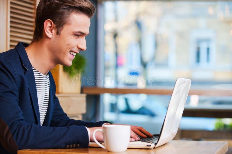 冲浪在咖啡馆的网 免版税库存图片