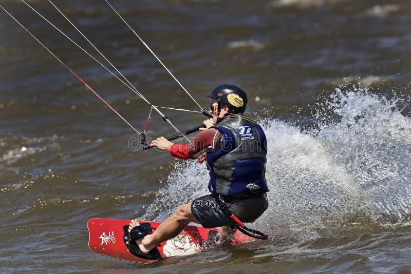 冲浪在夏天的风筝 免版税库存照片