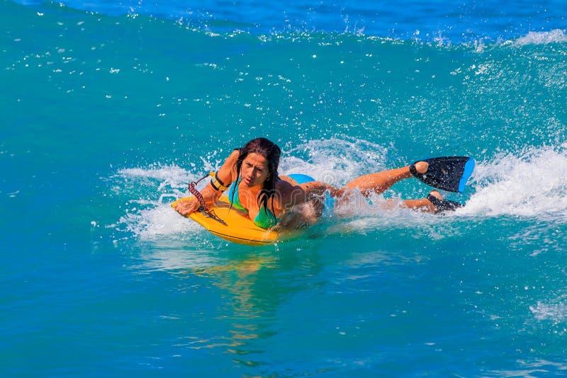 冲浪在威基基海滩夏威夷的女孩身体 库存照片
