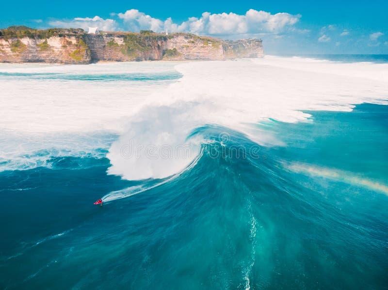 冲浪在巴厘岛的大波浪空中射击 大波浪在海洋 免版税库存照片