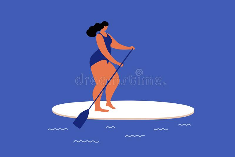 冲浪在波浪的逗人喜爱的肥满女孩sapports 休息在海上的夏天 免版税图库摄影