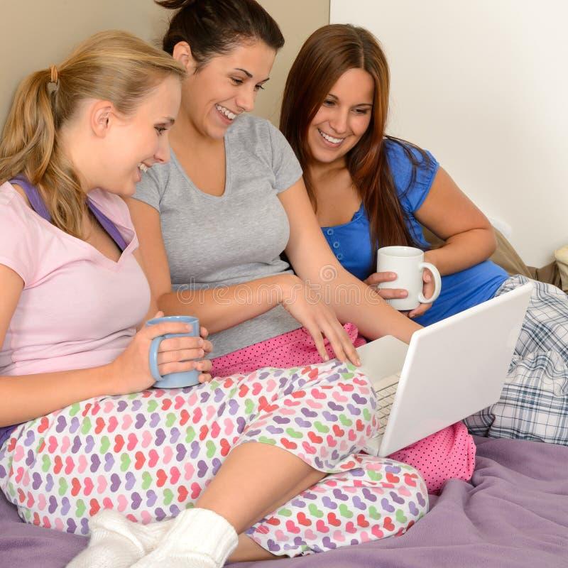 冲浪在网的三个快乐的女孩 免版税库存图片