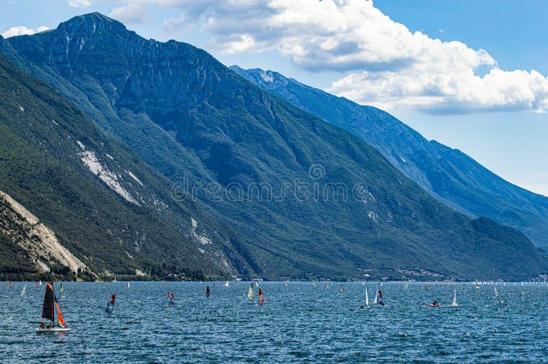 冲浪在Garda湖 免版税库存照片