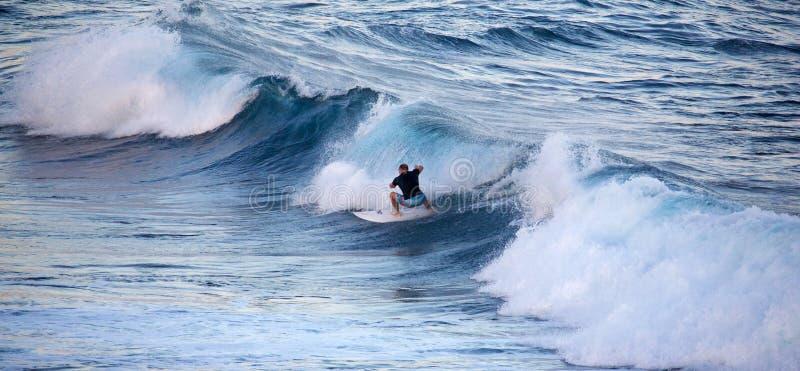 冲浪在Ho ` okipa 库存图片